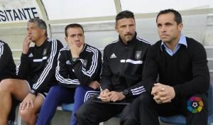Sergi Barjuan, técnico del Recreativo, con sus ayudantes en el estadio de Ipurúa. (www.lfp.es)