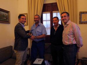 Firma del convenio entre el Ayuntamiento de Moguer y el CF Mazagón.