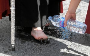 El calor del asfalto hace mella en los nazarenos. (Foto: Espínola)