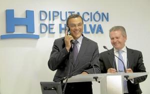 El presidente de la Diputación comunica al galardonado la concesión del premio.