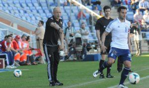 Cifu con Claudio Barragán, técnico de la Ponferradina, al fondo. (Espínola)