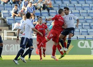 Dimas y Linares pelean por un balón ante el Numancia. (Espínola)