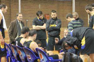 Javier Rodríguez Walls, técnico del Por Huelva, en un tiempo muerto.