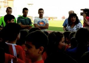 Cortés Medina, Martín y López con los jóvenes atletas.