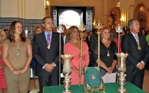 La Alcaldesa junto a a la nueva Hermana Mayor, el presidente de la Hermandad y el Presidente del Consejo