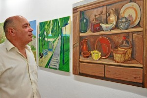 Zamudio observa una de las obras expuestas
