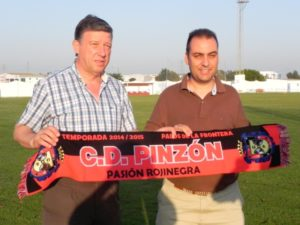 Carmelo Romero, alcalde de Palos de La Frontera, con la bufanda del CD Pinzón.