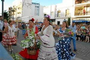 La autoridades ofrecen sus flores a la Virgen del Carmen