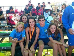 Alba Vázquez, con sus compañeros del Club Natación Huelva.