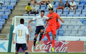 Joselu, rematando de cabeza ante un jugador del FC Barcelona. (Espínola)