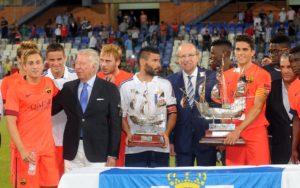 Los capitanes del FC Barcelona, Bartra, y del Recreativo, Córcoles, recogen las carabelas de primer y segundo clasificado del Trofeo Colombino. (Espínola)