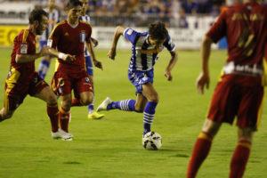 Jesús Vázquez y Fernando Vega persiguiendo a un jugador del Alavés. (El Correo Vasco)