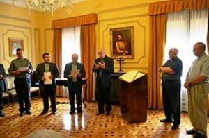 Obispo-junto-a-los-nuevos-y-anteriores-vicarios-300x200