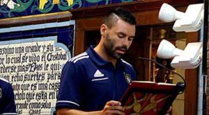 David Córcoles, capitán del Recreativo, en la ofrenda floral a la Virgen de la Cinta.