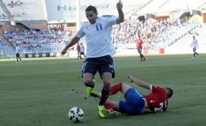 Antonio Núñez intentando superar a un jugador del Zaragoza. (Espínola)