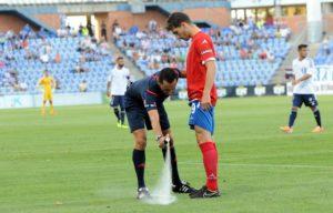 El árbitro Sánchez Martínez utilizando el spray para marcar la distancia. (Espínola)