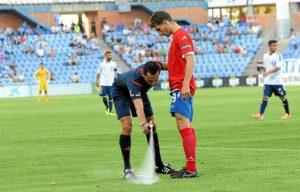 El colegiado del partido, Sánchez Martínez, utilizando el spray.