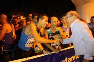 José Manuel Cortés Medina, ganador de la III Carrera Nocturna, saludando al alcalde, Pedro Rodríguez.