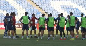 José Luis Oltra, en un entrenamiento con sus jugadores.