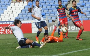 Pedro Ríos anotando uno de sus goles ante el Llagostera. (Espínola)