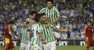 Jugadores del Betis celebrando la victoria ante el Recreativo. (www.realbetisbalompie.es)