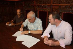 Firma del convenio entre el PMD Ayamonte y el Club Pádel 'Sube a la red'.