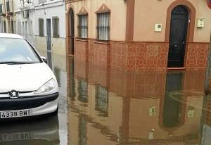 El agua se ha quedado estancada en algunas zonas. (Foto: Huelvaya)