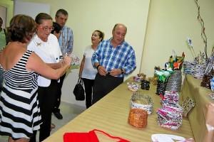 La Alcaldesa se interesa por uno de los objetos realizados en este Taller en presencia del resto de autoridades