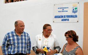 Las autoridades tras el descubrimiento d ela placa juntoa al presidenta de AEMFIS