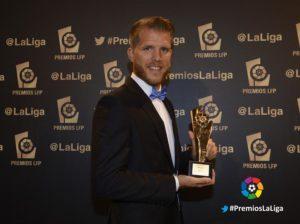 Morcillo recibiendo el mejor gol de Segunda división de la pasada temporada.