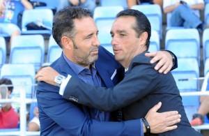 Abrazo entre los técnicos del Recreativo de Huelva y Alcorcón, José Luis Oltra y Pepe Bordalás. (Espínola)