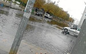 Una de las avenidas de Isla Cristina tras la tromba de agua que ha caído esta mañana. (Foto: Huelvaya)