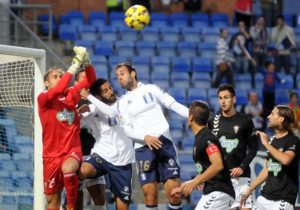 Menosse y Víctor Díaz buscan un balón por alto ante Diego Rivas del albacete. (Espínola)