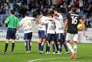 Futbolistas del Recreativo celebrando la victoria. (Espínola)