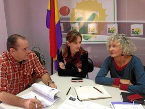 Reunión de la eurodiputada con responsables de IU en Cartaya.