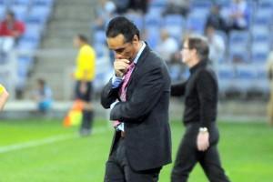 José Luis Oltra, técnico del Recreativo de Huelva, con gesto de preocupación.