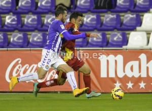 Joselu peleando por un balón ante el Valladolid.