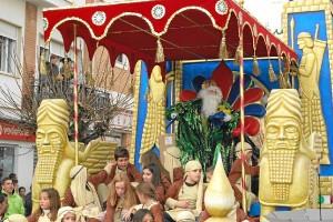 El Rey Gaspar lanzando caramelos y balones