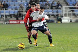 Rubén Mesa presionado por un jugador de Osasuna. (Espínola)