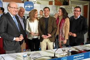 Juanma Moreno junto a Fátima Báñez, Javier Arenas, Loles López, Manuel Andrés González y Pedro Rodríguez hoy en Huelva.