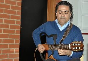 z. Nelson a la guitarra.