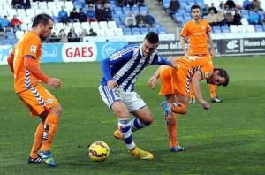 Rubén Mesa rodeado de varios jugadores del Alavés. (Espínola)