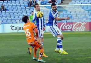 Córcoles y Fernando Vega ante Mangalli, del Alavés. (Espínola)