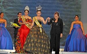 La Alcaldesa de Isla Cristina corono a la Reina Juvenil