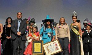 La Alcaldesa junto al presidente de los Espaciales, la Reinas y la Pregonera