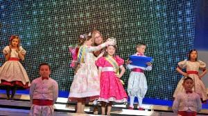 La delegada de Festejos corona a la Reina Infantil