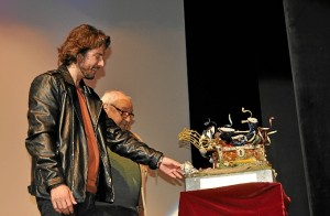 Manuel observa emocionado el Galardon obra de Emilio Colume