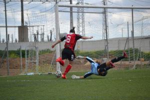 Martín Prieto rematando a gol.