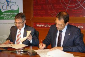 Convenio entre la Universidad de Huelva y la Federación Andaluza de Ciclismo.