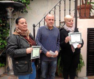 El concejal de Cultura juntoa al primer y segundo premio